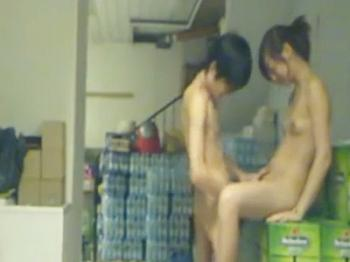 バイト先で学生とパートの熟女がセックスを個人撮影してる件w